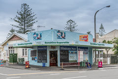 Tienda de la esquina del supermercado pequeño de la sol en Napier, Nueva Zelanda Imágenes de archivo libres de regalías