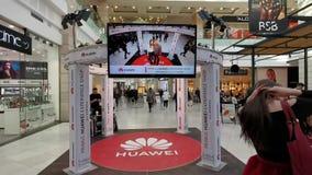 Tienda de la experiencia de Huawei en la alameda en Rumania almacen de metraje de vídeo