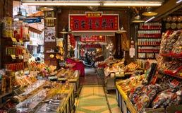 Tienda de la farmacia de la acera que vende la medicina herbaria secada del chino tradicional imagen de archivo