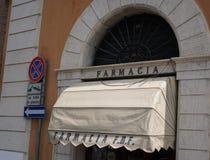 Tienda de la farmacia fuera del hospital de Fatebenefratelli en Roma Foto de archivo