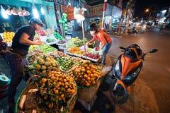 Tienda de la fruta de la noche, Vietnam Fotografía de archivo