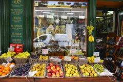 Tienda de la fruta y verdura en Lisboa Fotos de archivo libres de regalías