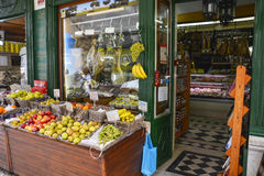 Tienda de la fruta y verdura en Lisboa imagen de archivo