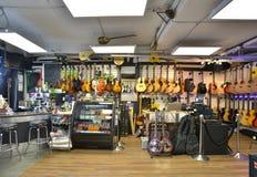 Tienda de la guitarra por completo de guitarras Foto de archivo