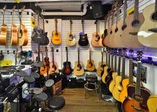 Tienda de la guitarra por completo de guitarras Imagen de archivo libre de regalías