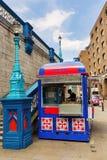 Tienda de la hamburguesa al lado del puente de la torre en Londres, Reino Unido Imagen de archivo