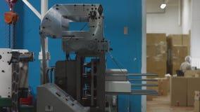 Tienda de la maquinaria El cortar con tintas de los espacios en blanco de papel para la producción disponible del vajilla almacen de video