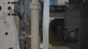 Tienda de la maquinaria Máquina que corta con tintas Pieza que se mueve, ascendente cercano del mecanismo de perforación almacen de metraje de vídeo