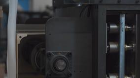 Tienda de la maquinaria Máquina que corta con tintas Pieza que se mueve, ascendente cercano del mecanismo de perforación almacen de video