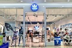 Tienda de la moda de Adidas fotografía de archivo libre de regalías