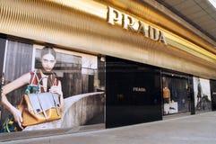 Tienda de la moda de Prada en China Fotos de archivo libres de regalías