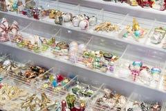 Tienda de la Navidad de recuerdos y de la joyería en la ciudad de Sainte-Andr en Hungría Foto de archivo libre de regalías