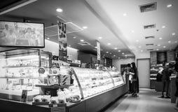 Tienda de la panadería en grandes almacenes de la entrada en el camino Ekamai Bangkok Tailandia de Sukhumvit imagen de archivo