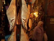 Tienda de las sandalias en el cuadrado del EL-Fna de Jemaa Imagen de archivo