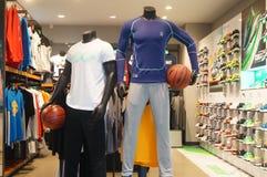 Tienda de las ventas de la ropa de los deportes y de los zapatos de los deportes Fotos de archivo libres de regalías