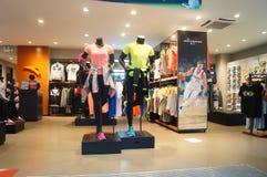 Tienda de las ventas de la ropa de los deportes y de los zapatos de los deportes Foto de archivo libre de regalías