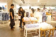 Tienda de las ventas de la ropa interior de las mujeres Imagenes de archivo