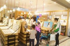 Tienda de las ventas de los vidrios Imagen de archivo libre de regalías