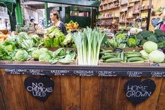 Tienda de las verduras en el mercado de la ciudad, Londres fotos de archivo libres de regalías