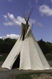 Tienda de los indios norteamericanos del nativo americano con un cielo azul Imagenes de archivo