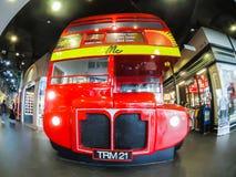 Tienda de los vaqueros de Mc en hermoso diseño de autobús miniatura del autobús de dos pisos de Londres en la alameda de compras  Foto de archivo libre de regalías