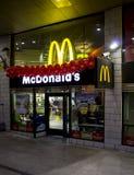 Tienda de Macdonalds en la noche Foto de archivo