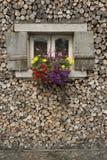 Tienda de madera con las flores imagen de archivo libre de regalías