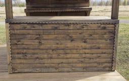 Tienda de madera con los estantes imagenes de archivo