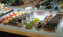 Tienda de pasteles con la variedad de jalea, de nata quemada, de tortas con las frutas y de bayas fotografía de archivo