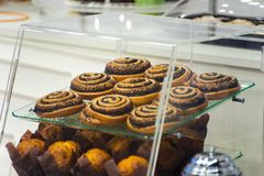 Tienda de pasteles contraria con el primer de las tortas imagen de archivo