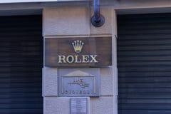 Tienda de Rolex en 'vía Maestra 'la calle principal dedicada a hacer compras en la ciudad de Alba en Italia fotos de archivo libres de regalías