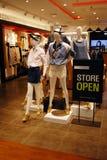 Tienda de ropa abierta foto de archivo libre de regalías