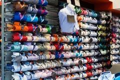 Tienda de ropa costosa con las camisas de algodón Imágenes de archivo libres de regalías