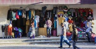 Tienda de ropa en el mercado de Merkato Addis Ababa etiopía imagenes de archivo