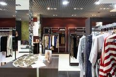Tienda de ropa a estrenar europea imágenes de archivo libres de regalías