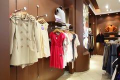 Tienda de ropa europea con la colección enorme Imágenes de archivo libres de regalías