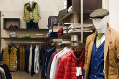 Tienda de ropa para hombre fotos de archivo