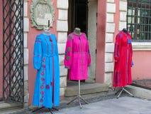 Tienda de ropa remota del escaparate con bordado en la plaza del mercado en Lviv Fotografía de archivo libre de regalías