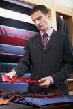 Tienda de Selecting Tie In del hombre de negocios imagen de archivo libre de regalías