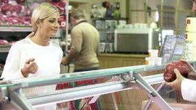 Tienda de Serving Customer In del carnicero almacen de video