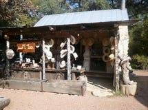 Tienda de sombreros de vaqueros en Tejas Imágenes de archivo libres de regalías