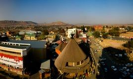 Tienda de souvenirs bajo la forma de mokorotlo tradicional del sombrero del Basotho aka, Maseru, Lesotho imagen de archivo