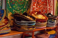 Tienda de souvenirs con los objetos mexicanos tradicionales imagenes de archivo