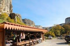 Tienda de souvenirs debajo del acantilado en Crimea fotos de archivo