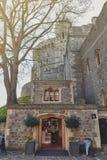 Tienda de souvenirs detrás de la torre de Edward III, de Windsor Castle, de un palacio real de la residencia y de la atracción tu Foto de archivo libre de regalías
