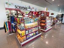 Tienda de souvenirs en el aeropuerto internacional de Ho Chi Minh City, Vietnam Foto de archivo