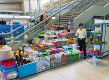 Tienda de souvenirs en el aeropuerto internacional de Ranh de la leva, Vietnam Fotografía de archivo libre de regalías
