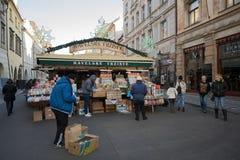 Tienda de souvenirs en el mercado famoso de Havels en la primera semana del advenimiento en la Navidad Fotografía de archivo