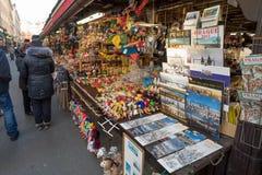 Tienda de souvenirs en el mercado famoso de Havels en la primera semana del advenimiento en la Navidad Foto de archivo