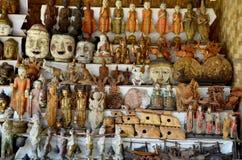 Tienda de souvenirs para el viajero de la venta en el templo de Htilominlo Fotos de archivo libres de regalías